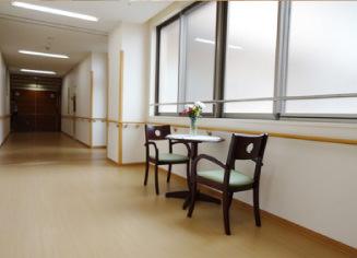 広々とした廊下もちょっとしたおしゃべりタイムにどうぞ