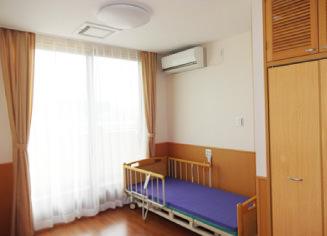 ショートステイの居室には、ベッド、タンスが備え付けられています